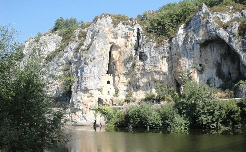 The Chateau de Cénevières clinging onto the cliffs